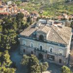 L'edificio neoclassico di Villa Frigerj, posto su una piccola altura, nel cuore della villa comunale di Chieti.