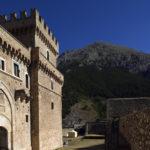 L'accesso al poderoso castello, protetto da mura.