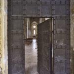 Il portale, ornato da rilievi con motivi vegetali, intrecciati a figure di animali.