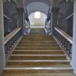 La scalinata monumentale che permette l'accesso al piano superiore.