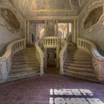 Lo scalone monumentale, in pietra bianca della Maiella, con le due gradinate simmetriche.