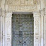Il portale d'accesso principale centrale, con le straordinarie porte bronzee, decorate da formelle figurate.