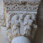 Uno dei capitelli istoriati che sorreggono il portico d'accesso alla chiesa.